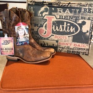 Justin  boots tan size 8.5 NWT
